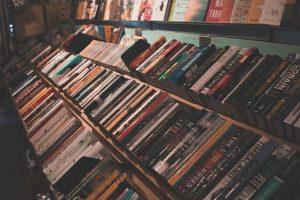 Kirjakauppojen valikoimat ja edut vaihtelevat.