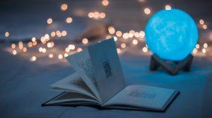 Kirjojen lukeminen kotona on rentouttavaa